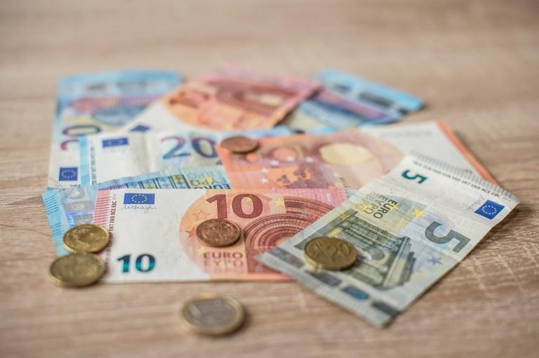 Odobrena prerazporeditev sredstev v višini 275 milijonov evrov za ublažitev gospodarskih in socialnih učinkov pandemije v Sloveniji