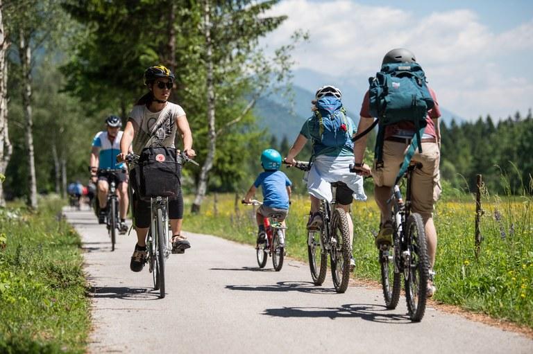 Širimo mrežo kolesarskih poti: Evropska sredstva za kolesarske poti v občini Ivančna Gorica